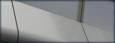 Aluminium bekleding en RVS strekmetalen hekwerk