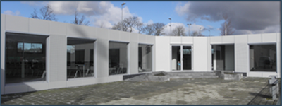 Aluminium wall cladding panels for the covering of the walls of a temporary building