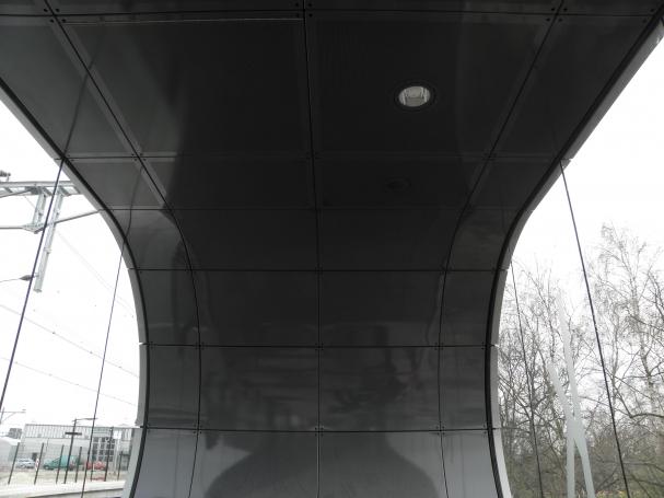 Gewalste gevelpanelen en geperforeerd plafond
