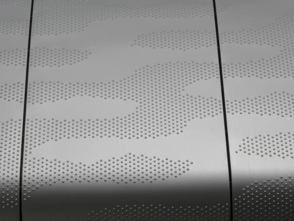 Brugleuning van aluminium voorzien van noppen en gewalst
